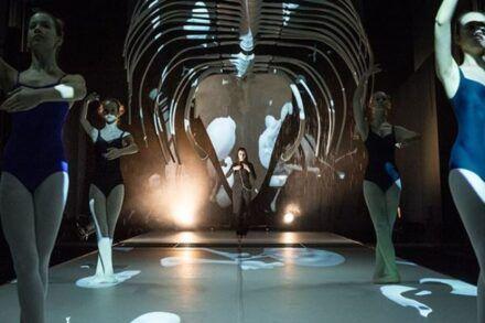 Na fotografiji: Ana Pandur Predin in baletne plesalke Konservatorija za glasbo in balet Ljubljana Foto: Alenka Peterlin